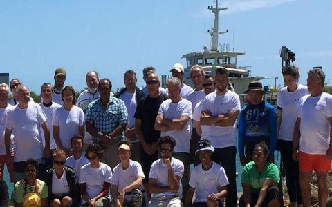 « La ruche de Pandop » Koumac 2018 et nos partenaires et en arrière-plan l'Amborella, le navire mis à disposition par le gouvernement de la Nouvelle-Calédonie © Pascale Joannot / MNHN