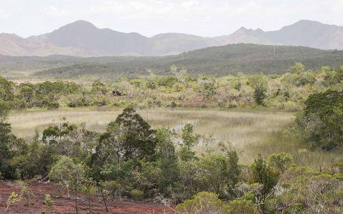 Le grand sud de Nouvelle-Calédonie, comme ici dans la plaine des lacs, présente de nombreux plans d'eau douce, même en fin de saison sèche