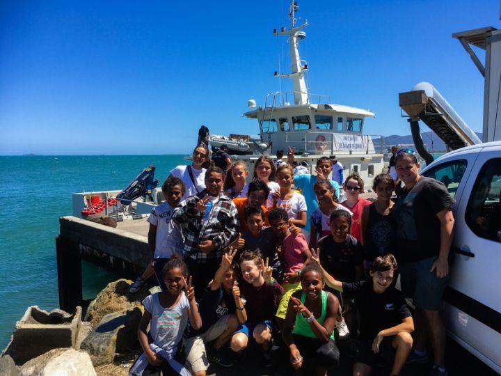 Les élèves devant l'Amborella, bateau du gouvernement © Carole Bernard / MNHN
