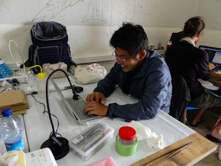 Hiroaki Fukumori au laboratoire © Alice Leblond / MNHN